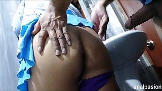 Esposa infiel es follada por el culo en baño publico por amante, esposo cornudo no lo sabe